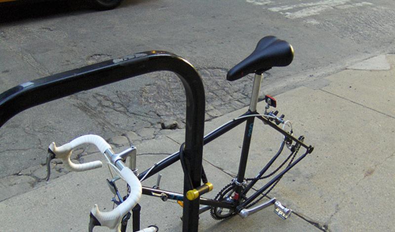 За что крепить Не повторяйте чужих ошибок: крепить велосипед за седло, колеса и даже руль — глупо. Только рама, только хардкор! Неплохо будет купить дополнительную защиту колес, разозлившийся вор может свинтить их просто для того, чтобы отомстить за неудавшуюся кражу.