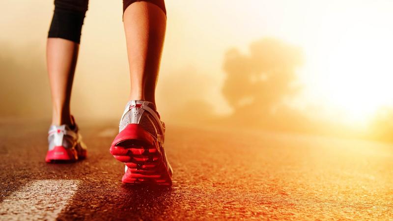 Обувь по средствам Собрались заняться бегом всерьез — забудьте о старых кроссовках, которые, якобы, тоже неплохо справятся с каким-то там бегом. От хорошей обуви зависит ваше здоровье: бег по асфальту или бетону может очень быстро превратить ваши суставы в труху.