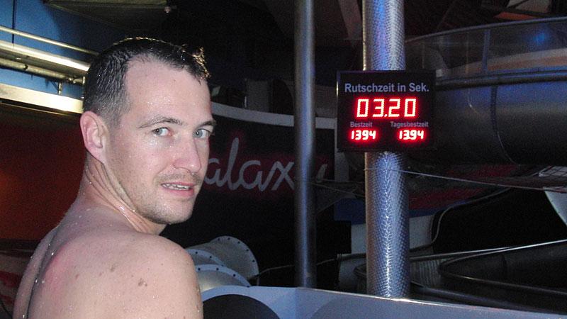 Рекорды Высочайшая скорость, которую развивают спортсмены на горке — почти 120 км/ч. Этот рекорд был зафиксирован в 2009 году, неподалеку от Килиманджаро, в водном парке Рио де Жанейро. Наибольшее же расстояние, проделанное спортсменом в горке, составляет целых 144 километра. Представьте себе половину расстояния от Москвы до Бологое, проделанное исключительно на голой коже спины.