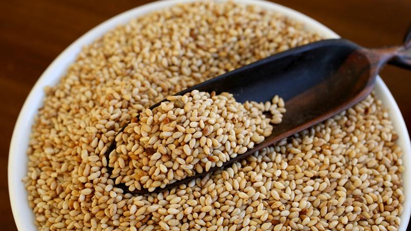 Семена кунжута Белок: 4,7 г (9% дневной нормы)Клетчатка: 3,9 г (16%)Марганец: 0,7 мг (35%)Цинк: 2,0 (13%)Медь: 0,7 мг (35%)Жиры: 13,5 г (21%) Эти семена часто встречаются в качестве усилителя вкуса на различных кондитерских изделиях. Потому люди почти не воспринимают их как полезный продукт. Между тем, содержащийся здесь марганец помогает сохранить здоровье костей, цинк поддерживает иммунную систему, а медь помогает воспроизводству энергии. Семена кунжута содержат также большое количество железа, отвечающего за выработку гемоглобина.