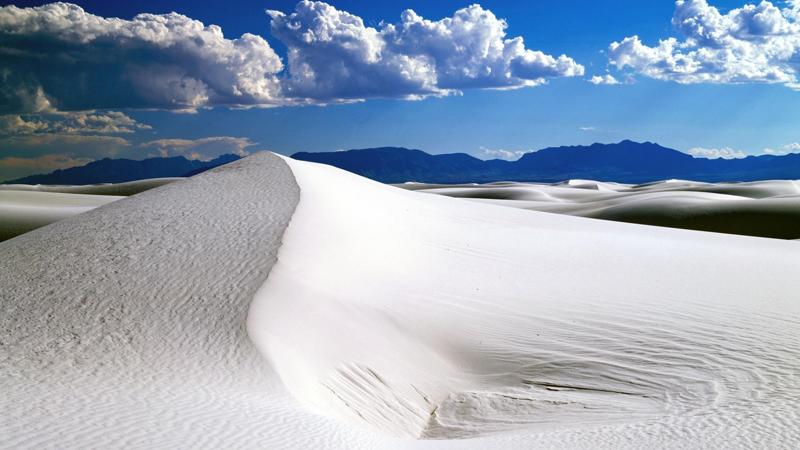 Белые пески Нью-Мексико Белые пески являются крупнейшей в мире гипсовой пустыней. Эти пятьсот квадратных километров ослепительно белого пространства выглядят так, будто вы оказались в Антарктиде — только раскаленной безжалостным солнцем. Именно здесь проводились первые испытания американской ядерной бомбы, но сейчас зона уже вполне реактивирована. Тем не менее, попасть сюда будет сложновато: парк открыт всего два раза в год — в первую субботу апреля и в первую — октября.