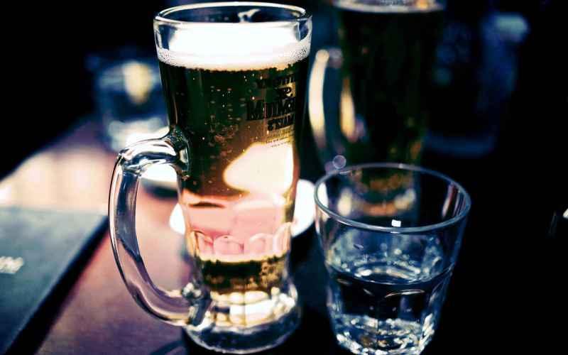Нельзя понижать или повышать градус?  Среди множества мифов о спиртных напитках, распространенных в обществе, наиболее стойким остается тот, что гласит, что ни в коем случае нельзя переходить от более крепких напитков к менее крепким (по другой версии, все обстоит ровно наоборот). На самом деле спокойно можно наплевать на оба запрета. Порядок не имеет значения, главное, это суммарное количество спирта, способного вызвать похмелье. Единственно верный способ избежать болезненных последствий —просто перестать пить.