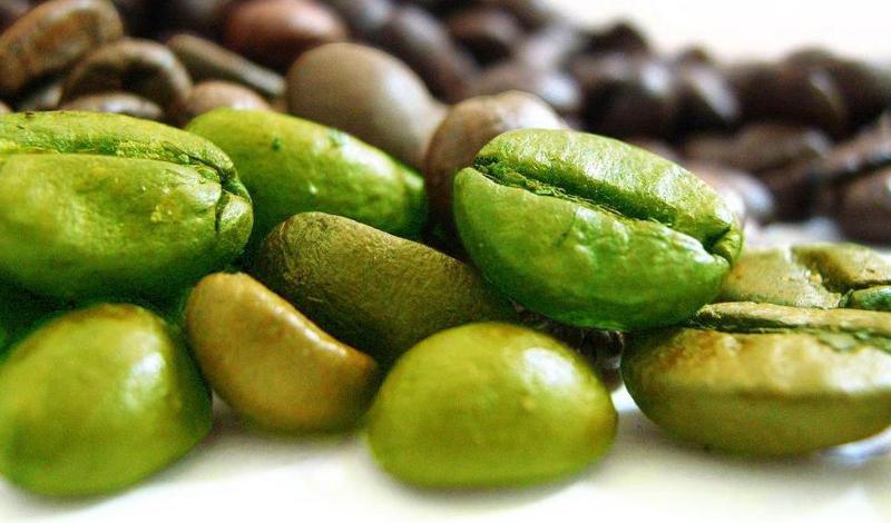 Зеленый, но не чай В какой-то момент, большой популярностью среди офисных работников стал пользоваться так называемый зеленый кофе — тот, что варится из необжаренных зерен. Специалисты Американского общества Химии и Диетологии доказали: этот напиток не только бодрит, но и очень продуктивно сжигает жировые клетки. Зерна кофе содержат большую часть хлорогеновой кислоты, препятствующей абсорбции глюкозы, вот почему участникам исследования удалось сбросить почти 4 кг. всего за две недели эксперимента.