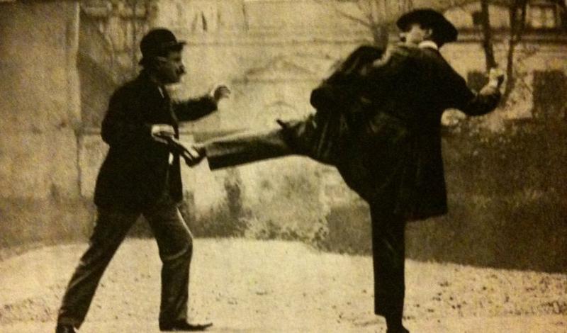 Почему прижился Французский кикбоксинг стал, пожалуй, одной из первых распространенных в Европе серьезных боевых систем, в полной мере использующей удары ногами. До его появления благородные господа (а к таковым относили себя даже последние завсегдатаи придорожного кабака), дрались только на кулаках. Бить противника ногами считалось не спортивно, поэтому французы, с их нововведением, долгое время были настоящими королями постоянных драк.