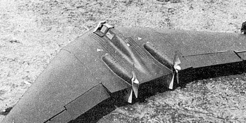 Характеристики Horten Ho IX Силовая установка:2 ТРД Jumo 004В тягой по 900 кгсРазмах и площадь крыла: 16,8м и 50,8 м2,Длина самолета: 7,45 м,высота — 2,8 мМаксимальный взлетный вес: 9000 кгМаксимальная скорость:945 км/чКрейсерская скорость:685 км/ч на высоте 10 000 Дальность полета со сбрасываемыми баками:3150 км