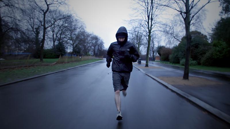 Начать с огромных нагрузок Бесспорно, одна из самых распространенных ошибок начинающих бегунов — непонимание нагрузок. Многие начинают с места в карьер, переходя от долгого периода ничегонеделания к резким утренним стартам по несколько километров. Ничего хорошего в этом нет: даже, если вы купили самую дорогую спортивную обувь и, в целом, находитесь в хорошей форме, вы все равно не даете организму достаточно времени, чтобы приспособиться к новому типу нагрузок.