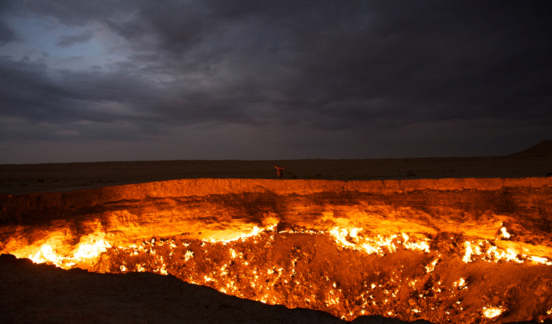 Современное состояние<br /> Еще в 2004 году правительство Туркменистана деревеньку Дарваза снесло до основания. Собственно, людей здесь и так не оставалось: даже самые стойкие предпочли перебраться в места поспокойнее. В 2010 году, президент Туркменистана, Гурбангулы Бердымухамедов волевым решением постановил кратер засыпать, ведь там ежесекундно сгорают бесчисленные кубометры драгоценного природного газа. Но, перефразируя известную поговорку, Гурбангулы предполагает, а реальность располагает: Дарваза горит до сих пор и гаснуть не собирается.