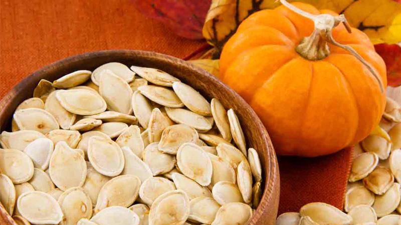 Семена тыквы Белок: 5,2 г (10% дневной нормы)Клетчатка: 5 г (20%)Цинк: 2,9 мг (19%)Магний: 73,4 мг (18%)Жир: 5 г (8%) Семена тыквы — лучший суперфуд, который просто можно захватить с собой и есть по дороге. Главное запомнить, что они очень калорийны: всего грамм семян содержит около 130 калорий и пять граммов жира. Лучше всего будет приготовить тыквенные семечки дома, ведь те, что продают в магазинах, обычно содержат большое количество соли.