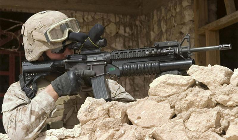 Некоторые особенностиM16 ВинтовкаM16 до сих пор изготавливается из алюминия, стали и пластмассы. Чистящие приспособления, скрыты в прикладе. Их, кстати, не было на первых вариациях оружия: «Colt's Manufacturing Company» так разрекламировали надежность своего продукта, что армия США просто отказалась от чистящего набора.  Первый вариант армейской винтовкиM16 не подходил к использованию в боевых условиях  Это привело к очень большим проблемам на том же вьетнамском фронте: из-за накопления порохового нагара ствол винтовки просто разрывало от выстрела. Тот же факт обычно приводится во всех вариантах «кухонных споров» сторонником силы русского оружия: АК, дескать, уже во Вьетнаме свою удаль показал.