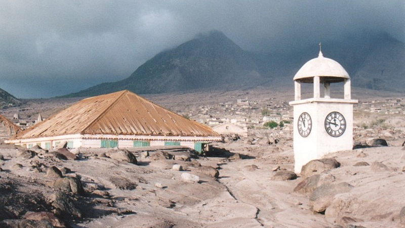 Изумрудный остров Монтсеррат Карибский бассейн Местный вулкан Суфриера проснулся в 1995 году — и похоронил своим извержением две трети этого крошечного островка. Заблаговременно предупрежденные люди сумели спастись, а затем начали устраивать экскурсии по зоне поражения. Пряничный холм, расположенный на северном побережье, является главной достопримечательностью острова: отсюда хорошо видны и столица, и местный разрушенный аэропорт.