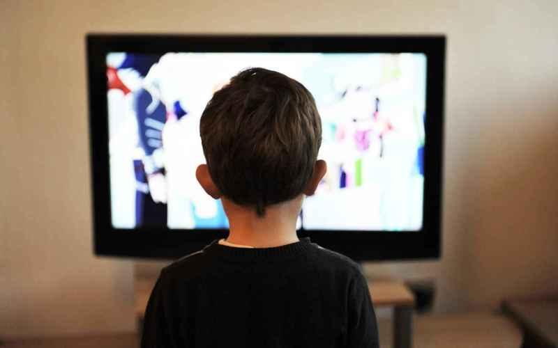 Нельзя сидеть слишком близко к телевизору В статье, опубликованной в 2005 году в The New York Times, говорится, что утверждение «телевидение негативно сказывается на вашем зрении» на самом деле давно устарело, хотя было правдивым какое-то время назад. До 1950-х годов телевизоры излучали радиоактивный фон, что увеличивало риск развития глазных заболеваний у некоторых предрасположенных к ним людей. Благодаря беспрерывному научно-техническому прогрессу эта проблема осталась далеко в прошлом.