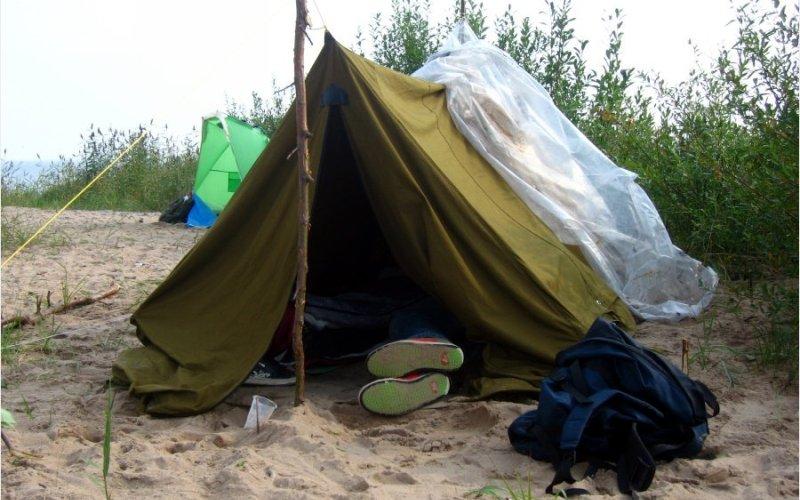 Палатка Тем, кому везло больше, доставались палатки из списанных парашютов – они были легче и удобнее чудовищ из брезента (около 12 кг), с которыми приходилось тащиться всем остальным. Несмотря на все неудобства, связанные с ее установкой, такая двускатная палатка была вполне комфортной для походной жизни.