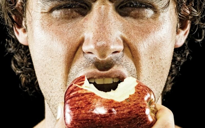 Через полчаса: поешьте Даже если ваша цель заключается в том, чтобы сбросить лишний вес, поесть после тренировки необходимо для восстановления энергии. Если тренируетесь часто, стоит обратить внимание на пищу с высоким содержанием углеводов или специальные спортивные добавки. В обязательном порядке необходимо пить воду, даже если вас не мучает жажда.