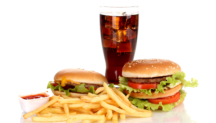 Вредная еда Конечно, не каждому хватит силы воли, чтобы напрочь исключить из рациона вредные продукты, вроде вездесущего фастфуда. Но, все же, постарайтесь свести к минимуму потребление так называемых быстрых углеводов. Белый хлеб, макароны и сладкая сдоба, попкорн и всевозможные чипсы лучше всего забыть как страшный сон — вкусно, но уж очень вредно.