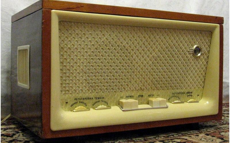 Магнитофон «Днепр-9» Катушечный магнитофон «Днепр» стал первым советским магнитофоном, имевшим две дорожки под запись, и обладал довольно неплохой акустической системой, упакованной в деревянный корпус. Долгое время являлся заветной мечтой меломанов, так как при довольно низкой цене обладал достаточно хорошими характеристиками.