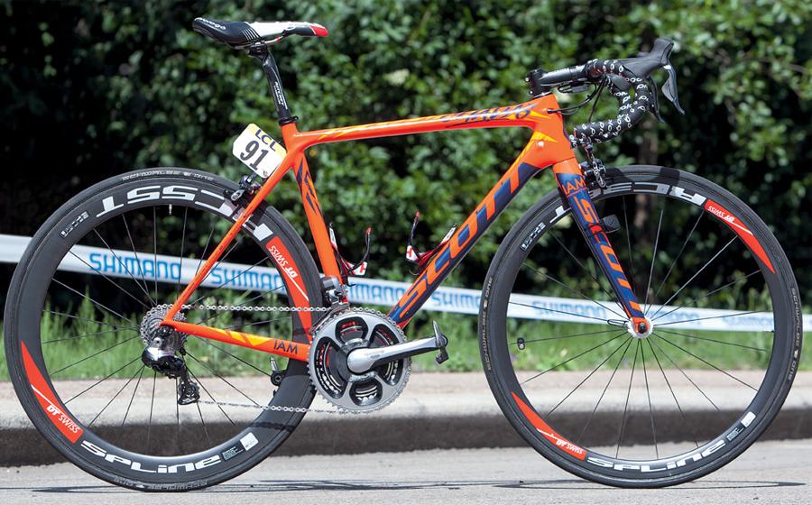 Scott Addict Команда: IAM Cycling Scott Addict стал рабочей лошадкой ребят из IAM Cycling. Быстрый и удобный аппарат, выполненный из углеродного волокна, ведет себя на трассе очень отзывчиво, что очень важно на определенном этапе гонки.