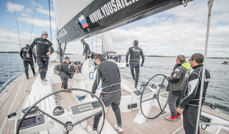 Программа тренировок яхтсмена Обычно, моряки готовятся к гонкам по усиленной программе. Она подразумевает тренировки более трех раз в неделю и выглядит, как горючее сочетание интервальных тренировок, кардио и тренировок с отягощениями. Такая интенсивность занятий позволяет мотивированной команде занять почетное первое место в регате; тот же, кто будет заниматься в этом же темпе на берегу, добьется больших успехов в построении сильного и красивого тела.
