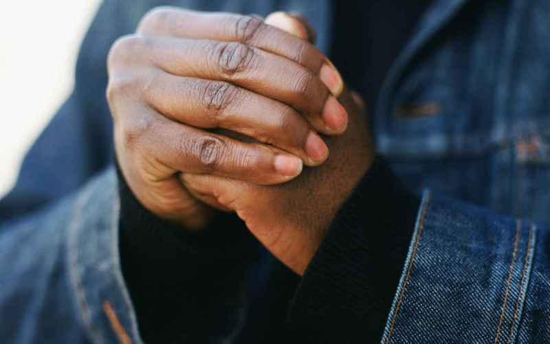 Можно заработать артрит, хрустя суставами Не верьте безосновательным слухам – хруст костяшками пальцев не имеет никаких вредных последствий. Исследование, опубликованное в 1998 году в журнале «Артрит и ревматизм» и озаглавленное «Может ли хруст суставами привести к артриту пальцев?» под авторством Дональда Унгера, показало, что это абсолютно безвредно. Пятьдесят лет Унгер хрустел костяшками на левой руке и как зеницу ока берег правую. Угадайте, какой был результат? Ничего, абсолютно никакой разницы. А после этой публикации Унгер стал лауреатом Нобелевской премии.