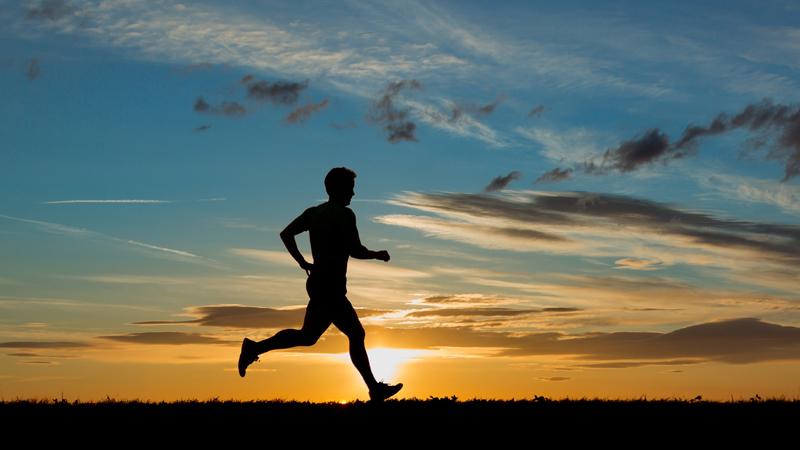 Забыть о разминке Эта ошибка распространена не только среди бегунов, но и среди новичков в любом спортзале. По данным статистики, разминку считают не важной до 70% начинающих бегунов. Травмы же, которые может получить не разогретый перед тренировкой человек, очень многочисленны — от разбитых суставов до порванных связок. Поэтому не ленитесь совершить несколько простых упражнений перед пробежкой, организм вам будет очень благодарен.