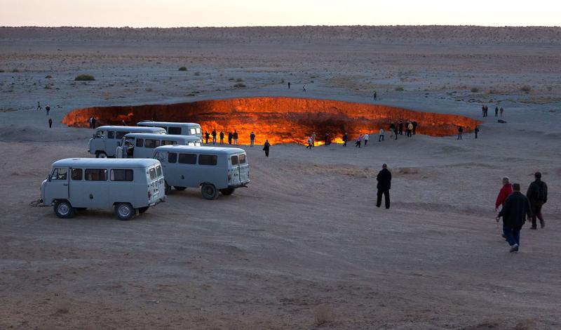 Как открывались двери ада<br /> Эта история началась в далеком 1971 году. Геологи Советского Союза, проводившие изыскания подземного газа на территории современного Туркменистана, обнаружили огромные залежи неподалеку от местечка Дарваза. Естественно, практически сразу начались работы по бурению, разведка месторождения была проведена очень поверхностно. С этого и началась история горящего по сей день провала, которые многие суеверные люди прямо называют порталом в ад.
