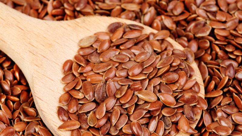 Льняное Семя Белок: 5,1 г (10% дневной нормы)Клетчатка: 7,6 г (31%)Марганец: 0,7 мг (35%)Медь: 0,3 мг (17%)Жиры: 11,8 г (18%) Высокое содержание марганца — антиоксиданта, который помогает устранить внутренние повреждения клеток, является главным плюсом этого суперпродукта. Кроме того, здесь присутствует большое количество лигнаны, вещества, которое, по предположению врачей, способно бороться с такими заболеваниями, как рак и остеопороз. Замешивайте семена льна в утреннем коктейле и, как минимум, заметите, что восстановление занимает у вас гораздо меньше времени.