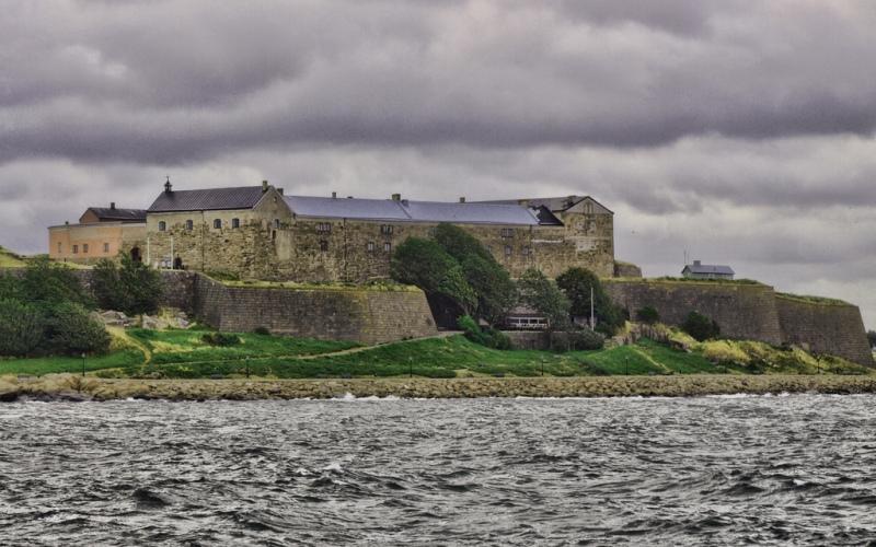 Монстр Варберга Задокументировано, что монстра, обитающего во рву шведского замка Варберг, видели еще в 13 веке. Животное это отличается крайне скрытным нравом, но увидевшим его в 2006 году туристам удалось разглядеть, что монстр не покрыт ни мехом, ни чешуей, и является счастливым обладателем примерно 40-сантиметрового хвоста.