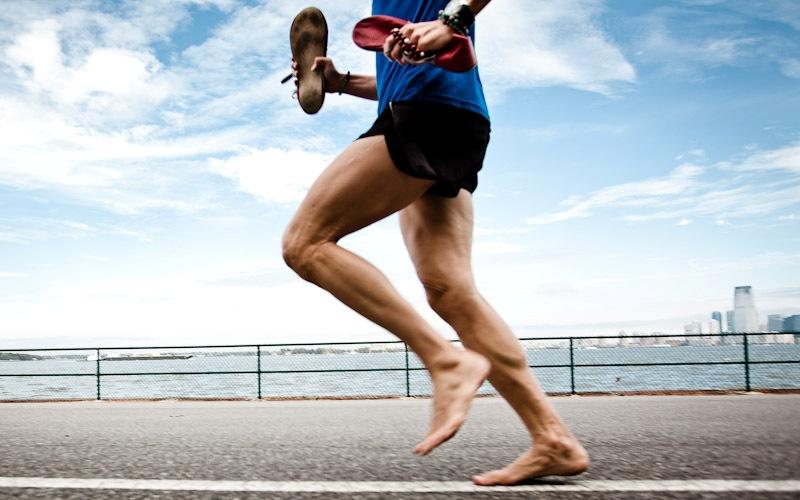 Бег босиком снижает риск получить травму Новая мода в беге, так называемый «минимализм», следуя которой спортсмены избавляются от всего лишнего, в том числе и от обуви, себя не оправдала. Считалось, что бег босиком или в легких шлепанцах служит прекрасной профилактикой заболеваний стоп, но на самом деле только повышает нагрузку на мышцы и суставы.