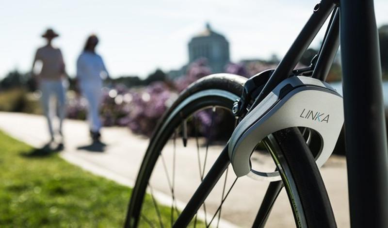 Смарт-замок Если позволяют финансы, то лучше всего будет обезопасить велосипед от кражи умным замком. Такой, к примеру, выпустила недавно компания Velasso: инженерная разработка Linka крепится прямо к раме и, к тому же, намертво блокирует оба колеса. В качестве бонуса, замок оснащен сиреной в 100 дБ, которая включится, если велосипед попробуют не укатить, а унести.