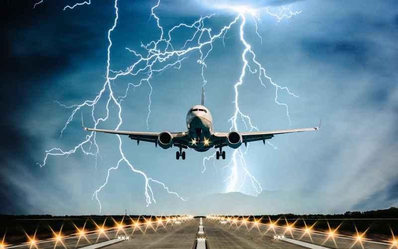 Летать в грозу небезопасно Грозовое облако и самолет несовместимы – это факт. Но дело в том, что самолеты не залетают в грозовые облака. Каждый самолет оснащен метеолокатором, сообщающем экипажу о наличии и передвижении грозовых фронтов. Что же касается посадки и взлета – так их просто откладывают, пока грозовое облако не пройдет мимо.