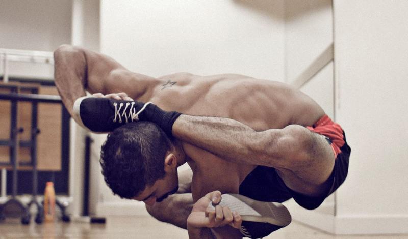 Профилактика травматизма Один из главных залогов победы — максимальная защищенность каждого члена команды от возможной травмы. Если хотя бы один из восьми человек потянет мышцы, или, что гораздо хуже, порвет связку в процессе регаты, то поставит под удар всю команду. Поэтому, значительная часть подготовительных тренировок посвящена различным растяжкам и прочим упражнениям, которые делают мышцы и связки эластичными. Это же правило работает и на суше: без своевременной подготовки, вы рискуете выбыть из тренировок надолго, а восстанавливать утерянную форму будет очень и очень непросто.