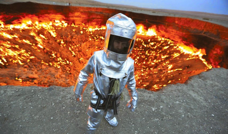 Жизнь в преисподней Коронису невероятно повезло — причем дважды. Во-первых, оборудование не подвело и он просто остался в живых. А, во-вторых, исследователь не только сумел взять пробы грунта, но и обнаружил на дне кратера жизнь. Бактерии, которые с удивлением изучали ученые уже на поверхности, не живут нигде на земле, за исключением этого странного и страшного, кипящего лавой провала в земле. Эта находка очень воодушевила и астробиологов, ведь теперь те планеты, где жизнь считалась невозможной, вполне могут оказаться обитаемыми.