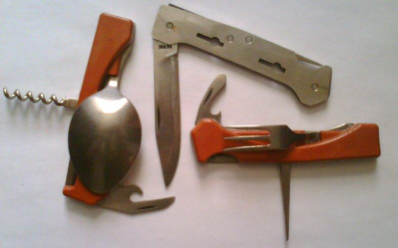 Столовые приборы Нож, вилка, ложка и кружка – с тех времен для туриста в этом наборе ничего не изменилось. Стоит отметить, что хороших туристических ножей в обороте ходило не так уж много, и берегли их как зеницу ока.