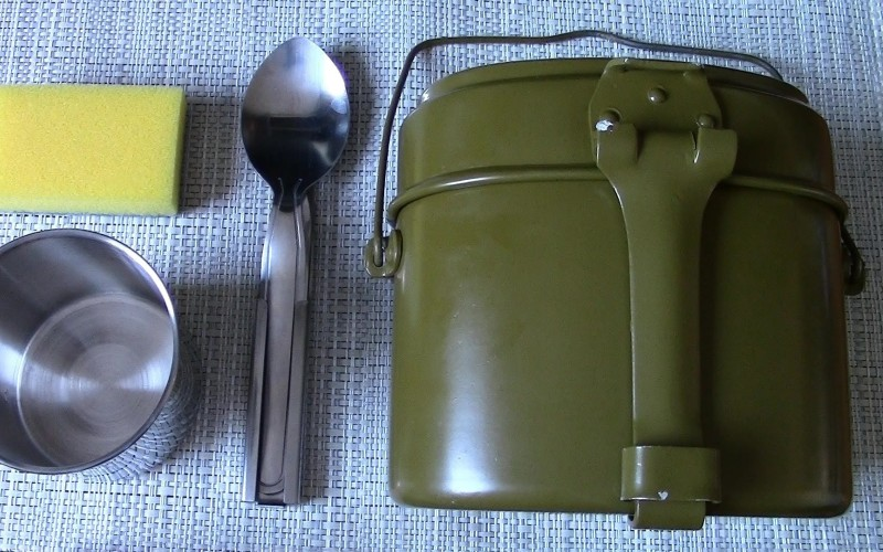 Походный котелок Котелки для варки пищи были в основном армейские. Удобным было то, что используя сам котелок для варки супов, его крышку в тоже время можно было приспособить в качестве сковороды. В общем и целом, это была незаменимая вещь для походов, даже на короткий срок.