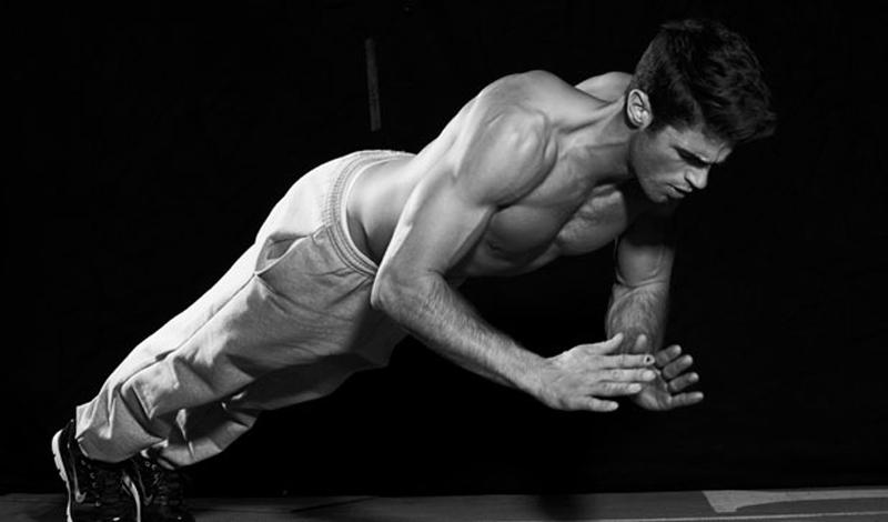 Отжимания с прыжком Подходы: 3Повторения: 10Что развивают: взрывная сила всех мышц тела Мы решили включить в наш супер-воркаут немного активности: отжимания с прыжком строго рекомендованы тем, кто предпочитает не просто тягать железки в зале, а заниматься единоборствами. Эти отжимания очень продуктивны для развития взрывной силы мышц, что влияет на скорость удара. Пригодится, рано, или поздно. Начальное положение полностью повторяет стойку при классических отжиманиях. Опускайтесь и, на выдохе, с силой отталкивайтесь от пола, чтобы подпрыгнуть. Не нужно стараться взлетать повыше: главное здесь правильная динамика.