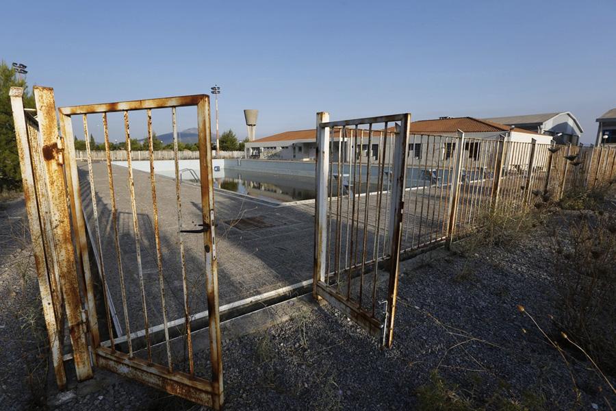 Школа, которую власти обещали построить, так и не была возведена. И множество компаний начали покидать этот район после Олимпиады.