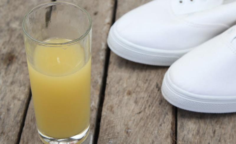 Очистить светлые кеды Сделать любимые грязные кеды снова белыми можно, воспользовавшись лимоном. Для этого необходимо распылить на них лимонный сок и дать им высохнуть на солнце. Обувь будет не только лучше выглядеть, но и пахнуть.