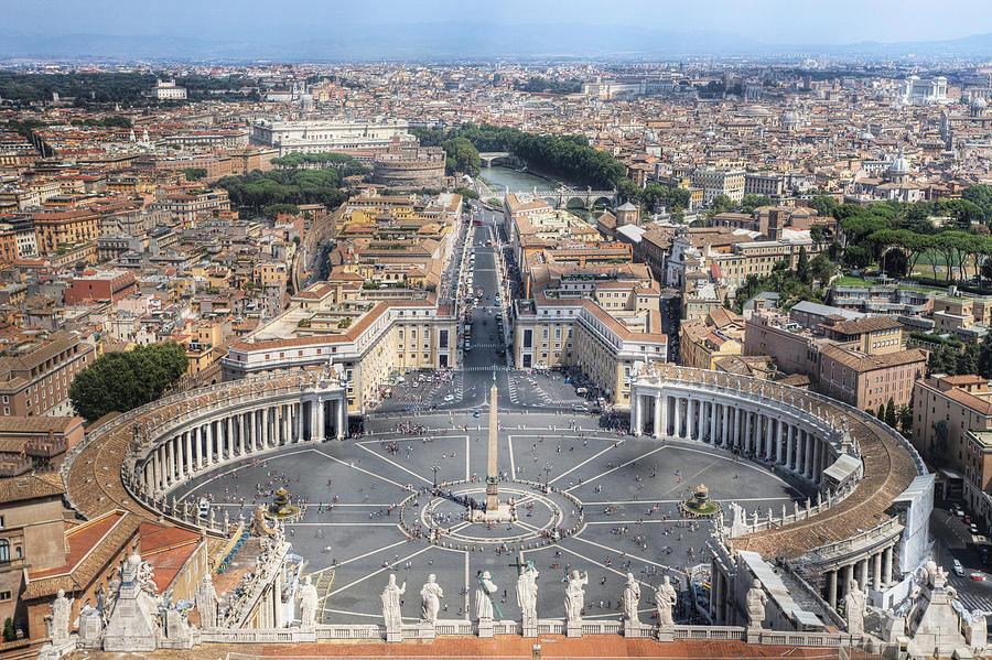 Ватикан, Италия Сценарий апокалипсиса: мир захватил диктатор Это самая маленькая в мире страна. У нее нет ни развитой промышленности, ни природных ресурсов. Основным источником дохода являются пожертвования католиков, а главную ценность страны представляют шедевры архитектуры. Диктатора, решившего покорить мир, они вряд ли заинтересуют, по крайней мере, в первую очередь. Поэтому здесь можно надежно укрыться, пусть и на какое-то время, а заодно получить отпущение грехов от самого Папы Римского.