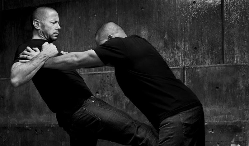 Защита и нападение Многие боевые искусства используют наработку отдельных оборонительных и наступательных движений. Недостаток этого подхода в том, что если противник окажется быстрее и подготовленнее вас (а так, зачастую, и бывает в реальном мире), все ваши действия сведутся к непрерывной попытке прикрыть уязвимые части тела. Крав-мага же предполагает сочетание наступательного и оборонительного движения: боец не только срывает атаку противника, но и контратакует одновременно. Цель, опять же, только одна — как можно быстрее нейтрализовать супостата.