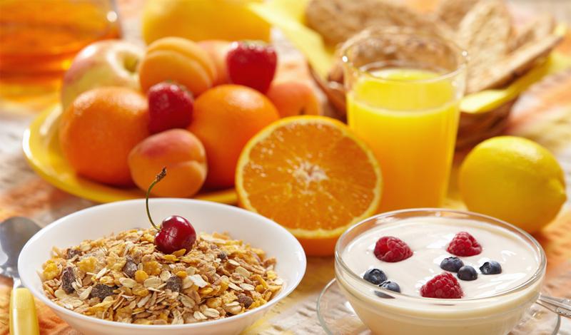 Еда Звучит странно, но, чтобы похудеть, вам потребуется больше есть. Любая еда требует энергии на переработку: почти пятнадцать процентов калорий, полученных из пищи, уходят на получение из нее питательных веществ. На этом, в частности, строятся многие диеты, настойчиво советующие худеющему есть до пяти раз в день. Главное, нужно помнить, что эти «перекусы» должны быть строго нормированы и в обязательном порядке включать завтрак, который является стартером для вашего ежедневного процесса обмена веществ.