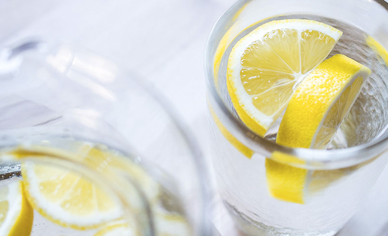 Заряд витаминов Вместо того чтобы покупать упаковку витаминов, начните свой день со стакана воды с лимоном. Он обеспечит вас порцией витамина С, калием, поможет пищеварению и укрепит иммунную систему.