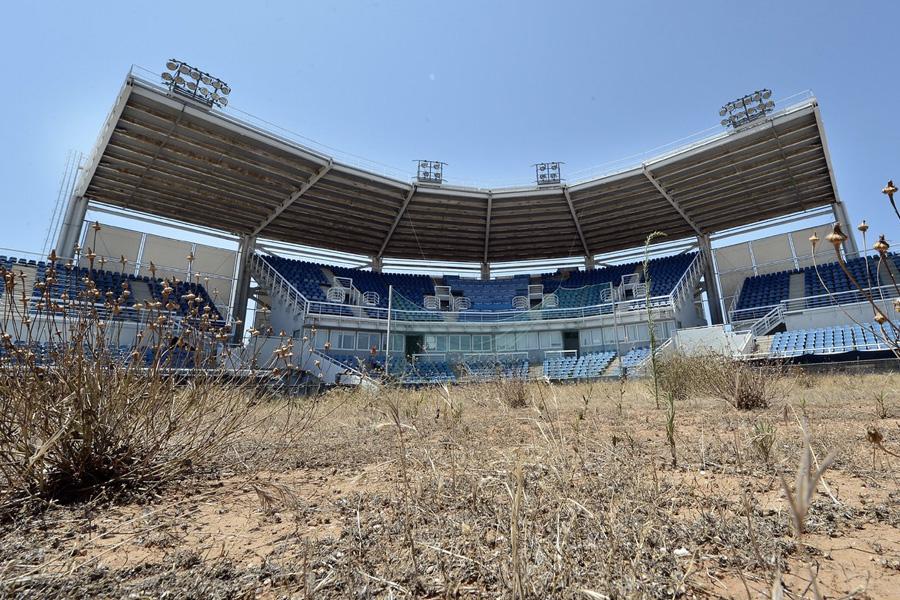 Софтбольный стадион также зарос сорняками.