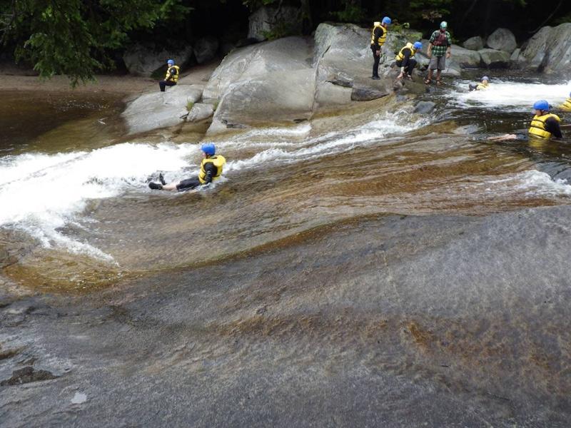 Государственный парк Бакстера, штат Мэн Водопад Ledge имеет множество различных уступов, поэтому подходящую «горку» здесь смогут найти даже дети.