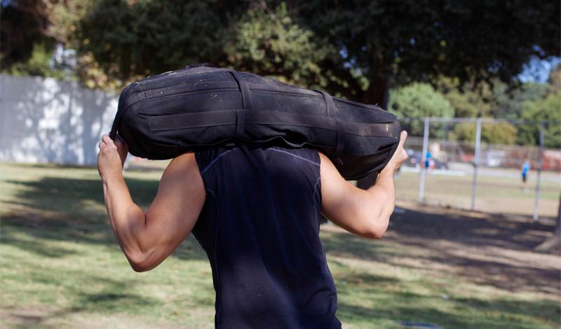 Переноска тяжелого мешка с песком Упражнение 1A Количество подходов: 3Отдых между подходами: 30 секундРасстояние: 18 мВес мешка: 63 кг