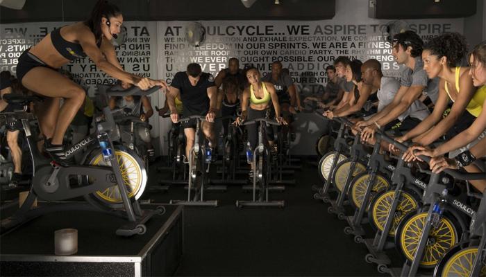 Спиннинг Спиннингом (иногда сайклингом) называют групповые занятия на велотренажере, проходящие, обычно, под быструю, ритмичную музыку. Эти тренировки направлены на развитие мышц ног: своеобразная посадка в позе гонщика (скругленная спина, корпус выведен вперед) позволяет изолировать икры и мышцы бедра. Кроме того, к работе подключаются мышцы спины и пресса. Ключевая особенность групповой тренировки — наличие тренера, который задает и варьирует темп.