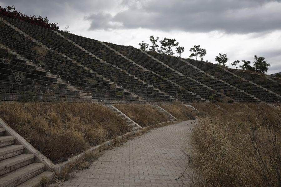 Трибуны, напоминающие древние руины.