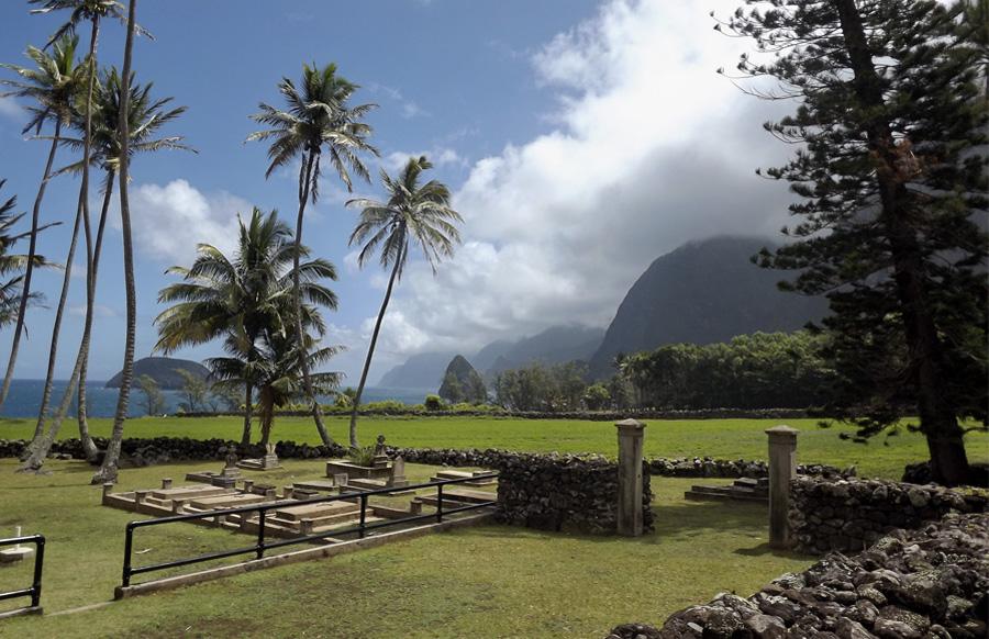 Калаупапа, Гавайи, США Чтобы остановить распространение заразы, король Камехамеха V в 1865 году подписал указ о «предупреждении распространения проказы». Около 8000 зараженных лепрой было вывезено на полуостров Калаупапа. С севера, востока и запада он окружен океаном, а с южной стороны — неприступными скалами, что делало его идеальной, неприступной «крепостью». Колония прокаженных просуществовала на Калаупапа до 1969 года. В настоящее время малочисленное население острова составляют пожелавшие остаться здесь больные и лечащие их врачи. Остров примечателен также церковью постройки 1872 года, переделанной позднее отцом Дамианом; вулканом Каухако с озером глубиной 245 метров и национальным историческим парком Калаупапа. Территория закрыта для свободного посещения, но сюда можно попасть в составе экскурсионной группы.