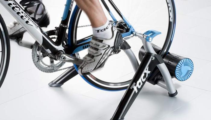 Интервальная езда Количество заездов: 3Время каждого: 10 минут Как и другие интервальные тренировки, упражнения на велотренажере направлены на запуск ускорения вашего метаболизма. Во время упражнения постоянно меняется и скорость, и сопротивление педалей. Итак, первые две минуты вы разминаете и разогреваете мышцы. Следующие пару минут— максимальное ускорение. Затем, те же две минуты, медленное «движение», снова пара минут на скорости и еще две — в медленном темпе. Отдых между заездами не должен превышать полутора-двух минут.