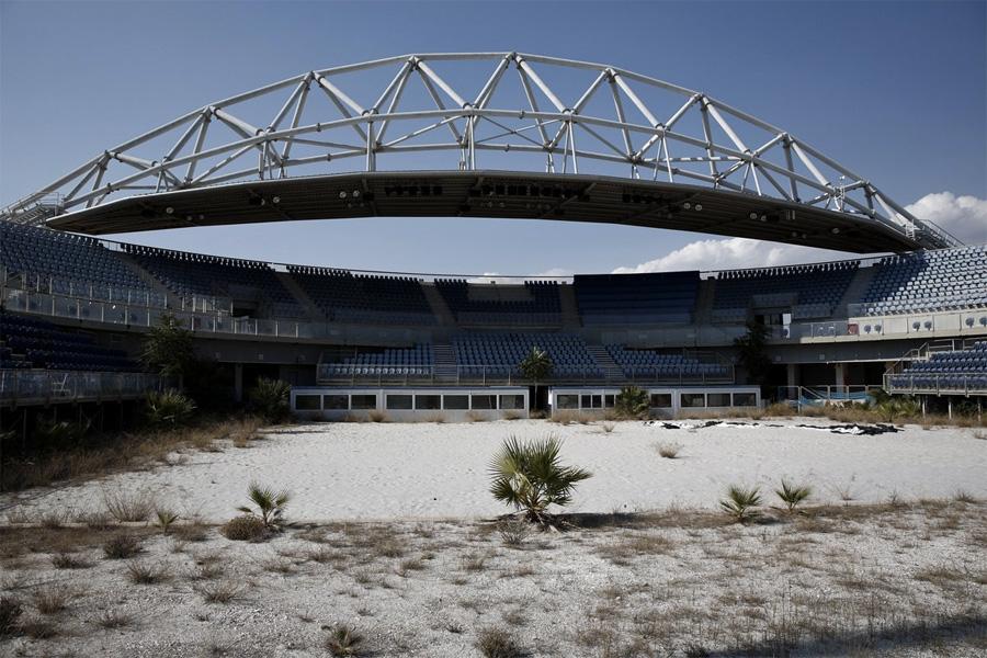 Заросшая сорняками арена для пляжного волейбола.