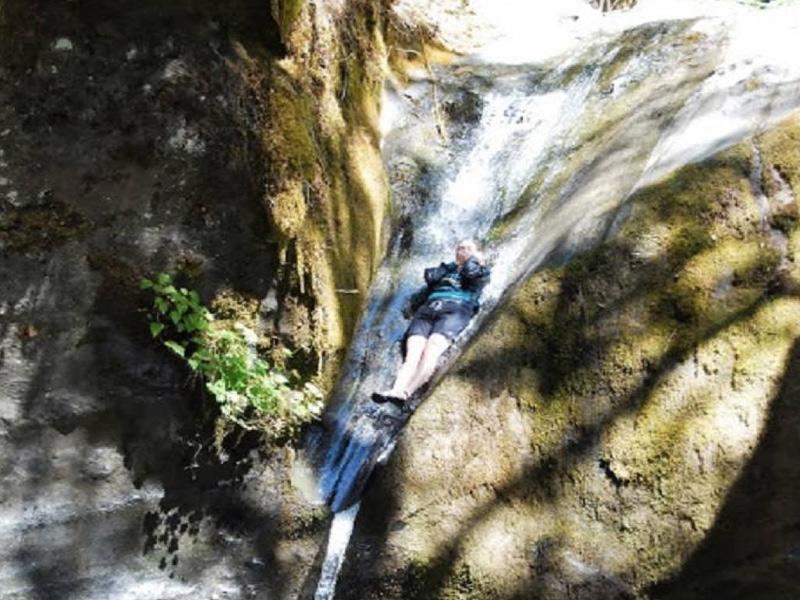 Национальный заповедник Сиския, Орегон Если идти вдоль реки Рог, то в какой-то момент она приведет вас к водопаду Tate Creek Slide. Съезжают с него практически так же, как с горки в аквапарке: сводят ноги вместе и прижимают руки к груди.