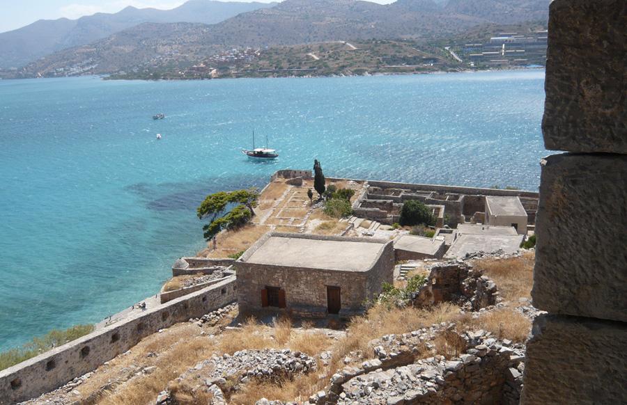 Спиналонга, Греция После того как в 1669 году весь Крит был захвачен Османской империей, греки решили использовать неизлечимую болезнь для борьбы с врагом. На остров свезли прокаженных со всей Греции. Турки, испугавшись, покинули это клочок суши, а на острове образовался лепрозорий, просуществовавший здесь до 1955 год. Сейчас остров необитаем и является излюбленном местом посещений среди туристов, которых привлекают сюда легенды, руины крепости и уединенные пляжи. Несколько раз в час до острова ходят корабли.